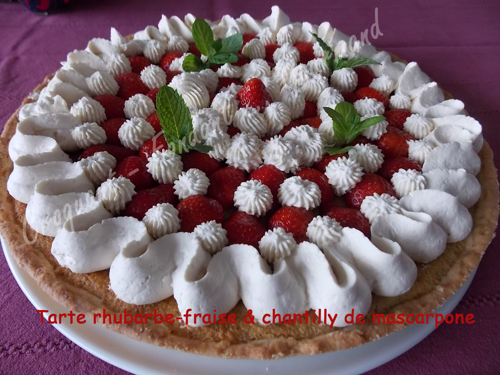 Tarte rhubarbe fraise croquant fondant gourmand - Decoration gateau avec creme chantilly ...